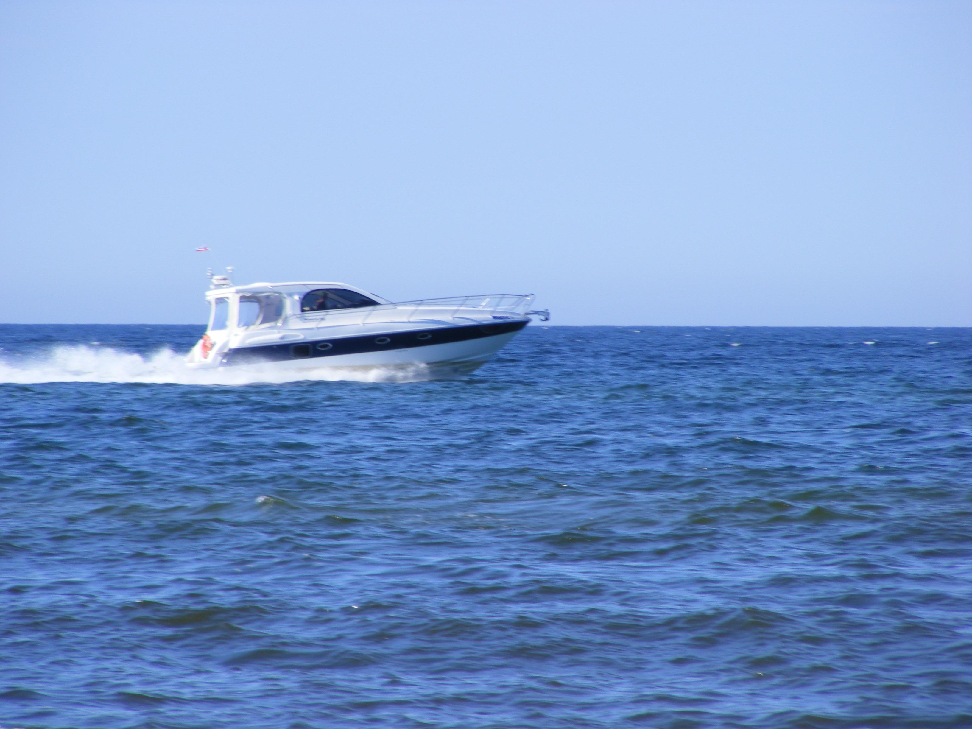Eine-Yacht-gleitet-über-die-Ostsee